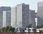 今年房价暴涨的北京、上海、深圳三地楼市泡沫程度加剧,北京楼市泡沫化指数全面超上海。图为北京一处商业楼盘。(AFP)