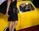 菲姬(Fergie)在炫黄色的名车旁力挺老公的新片首映。(图/Getty Images)