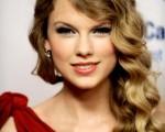 """""""乡村小天后""""泰勒·斯威夫特(Taylor Swift)穿着喜庆的红装出镜,笑容甜美可人。(图/Getty Images)"""