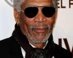 演员摩根·弗里曼(Morgan Freeman)以黑超遮面,黑色的皮衣劲酷有型。(图/Getty Images)