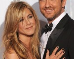 (左起)女星珍妮佛安妮斯顿(Jennifer Aniston)与男星杰哈德巴特勒(Gerard Butler)亲密合影。(图/Getty Images)