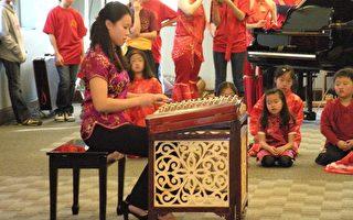 高年級學生Michelle Lee正在表演洋琴獨奏。(攝影:世桑/大紀元)
