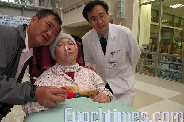 愛心和永不放棄的親情,喚醒昏迷中的陳小姐,儘管醫院的儀器上呈現患者治癒的機率微乎其微,但眼前陳小姐的表現未嘗不是神蹟。(攝影:黃玉燕/大紀元)