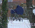 雪中童車(攝影:吳馨/大紀元)