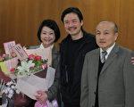 双方和解 金溥聪心情愉悦的与议长张碧琴(左)机要秘书张德清(右)合影。(摄影:林宝云/大纪元)