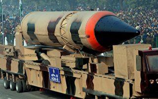 印度國防部7日宣布,該國當天成功測試了一枚射程覆蓋亞洲大部分地區的烈火三型遠程導彈。圖為1月23日印度的載核烈火三型飛彈參加印度共和國日閱兵彩排。(RAVEENDRAN/AFP/Getty Images)