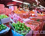台北农产公司表示,今年果菜货源充足,预估过年前5日(2月9日至13日左右),蔬菜供应量为12,200公吨,平均每公斤 15元左右,水果4,850公吨,平均每公斤约42元上下,可充分满足消费者需求。(摄影:宋碧龙/大纪元)
