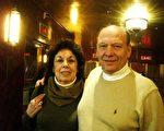 图:犹太医疗基金组织Pearl Landau Main Line Hadassah的联合总裁卡波卡(Marlene Kapolka)与先生在2月13日神韵晚会现场。(摄影:徐竹思/大纪元)