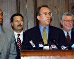 聯邦調查局和司法部19日公佈的調查總結報告宣布正式結束了對美國2001年致命炭疽病襲擊案件的調查。調查發現已經死亡的布魯斯.埃文是唯一應當承擔罪責的人。圖為2001年10月10日在佛羅里達州博卡拉頓記者招待會上,美國聯邦檢察官蓋伊劉易斯(中)談炭疽事件調查進展情況。(Photo by Kelly Owen/Getty Images)