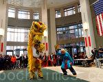 波士頓塔芙茨醫療中心於2月19日舉辦慶祝中國新年活動,由洪青醒獅採青開鑼(攝影:徐明 / 大紀元)