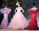 模特展示桂由美設計師的最新婚紗作品。(AFP)