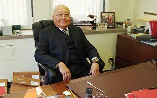 盧盛鑫律師在他的辦公室裡。(攝影:筱靜/大紀元)