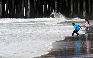 在南加州圣塔莫妮卡海滩嬉戏的儿童。(GettyImages/AFP)