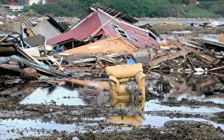 图为智利的圣安东尼奥沿岸,遭到地震引发的海啸侵袭,呈现遍地残破景况。(AFP)