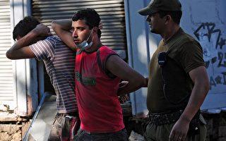 智利将对第二大城康塞普松(Concepcion)实施宵禁的时间延长至18个小时,同时也对另外3个城市实施宵禁,以镇压在大地震后爆发的抢劫行动。图为3月2日在智利中部渔村Constitucion,士兵押送两个抢劫犯。(MARTIN BERNETTI/AFP/Getty Images)
