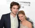 本片男、女主角罗伯特-帕丁森(Robert Pattinson )和艾米莉-德瑞文(Emile de Ravin)相拥亮相,站在大帅哥身畔的艾米莉小鸟依人。(图/Getty Images)