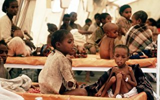 1985年4月,在默克莱难民营,遭受饥荒儿童及难民正在等待食品和药品援助。(AFP)