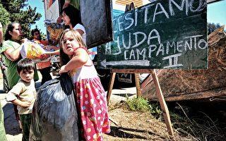3月5日,智利中部发生3次强烈余震,民众惊慌逃出住宅避难。图为智利康塞普西居民在余震后清运垃圾。(图片来源:AFP)