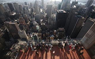 游客在纽约市洛克菲勒广场观景台(Photo by Mario Tama/Getty Images)