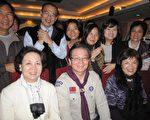 教育部長吳清基與校長主任老師們相見歡。(攝影:李容耕/大紀元)