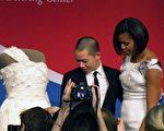 美國第一夫人米歇爾‧奧巴馬(右)在捐贈典禮上第一次與華裔服裝設計師吳季剛見面。 (攝影﹕亦平/大紀元)