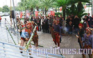 台東太麻里新香蘭部落的排灣族勇士進行傳統砍竹闢路儀式,表示破除障礙。(攝影:龍芳/大紀元)