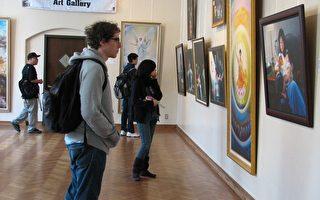 """曾经在世界五大洲两百多个城市展出的""""真善忍国际美术巡回展""""3月8日到3月12日来到了加州大学洛杉矶分校(UCLA)科克奥夫画廊。(大纪元)"""