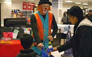 图:3月13日超级星期六,位于Markville Mall 的Sears分店内,一名小丑在为小朋友做气球小动物,吸引购物者捐款,支持儿童癌症治疗研究(摄影:周行/大纪元)