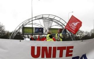 英国航空公司(BA)机组乘务人员20日已开始罢工,未来三天的罢工行动将给英航航班造成极大的干扰。图为20日伦敦Gatwick机场入口处联合工会因薪酬和工作条件谈判不果,打横幅支持为期 3天的罢工。(Carl Court/AFP/Getty Images)