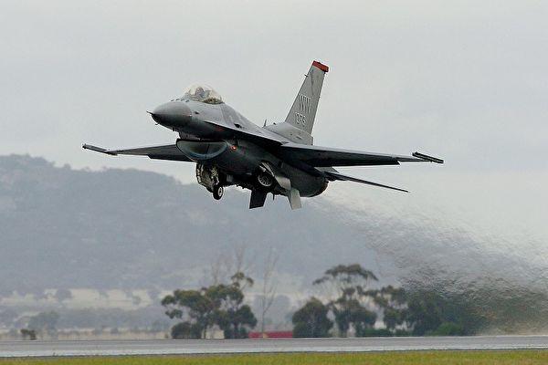 美國眾議院軍事委員會議員蓋耶哥(Ruben Gallego)1日表示,相信美國會加速通過對台軍售案,戰機部分有可能是F16進階版。圖為資料照。(PAUL CROCK/AFP/Getty Images)