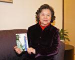 李敏慧老师与她的新作《如何取得纽约州中文教师执照》。(摄影/史静 大纪元)