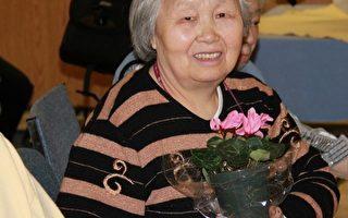 图:3月22日,来自大陆的刘女士在Fudger老人院,手捧一盆鲜花。(摄影:周月谛 /大纪元)