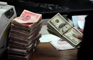 瑞银集团的财富管理部门25日表示,人民币在未来继续走弱。(STR/AFP/Getty Images)