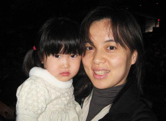 2010年3月27日下午,来自台湾的音乐家张女士观看了美国神韵国际艺术团在温哥华女皇剧院的第三场演出。(摄影:董韵/大纪元)