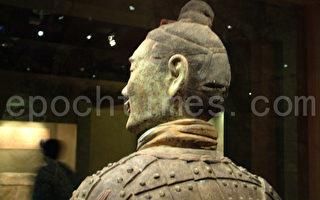一個美術師不聲不響的看了我很久,然後驚訝的對我說:哇!你怎麼長得跟陝西出土的那些兵馬俑一樣。事實上,我就是秦末那個時候轉世到人間的,當時是楚人。(圖:大紀元)