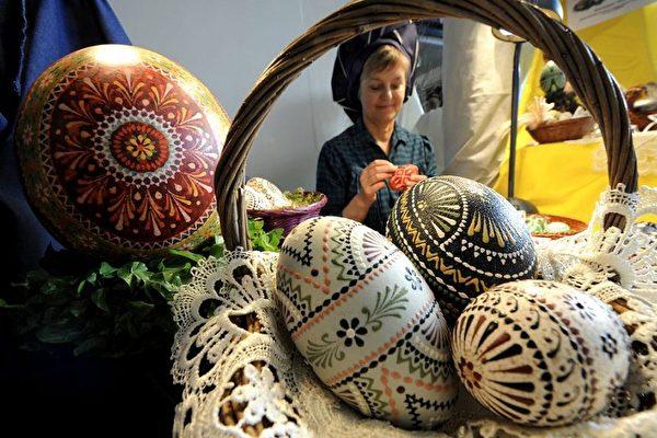 2010年3月26日德國漢堡民族博物館展出的油漆油墨復活節彩蛋。約有40個展商參加了從3月25日至3月28日的第26屆德國復活節藝術展覽。(法新社圖片)