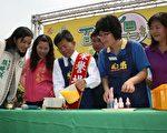 高雄縣長楊秋興與議員們一起DIY製作布丁香皂。(圖片高縣府新聞處提供)