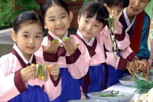 图片说明:韩国人从小就不断接受礼仪教育,这也是我们应该学习的。(JUNG YEON-JE/AFP/Getty Images)
