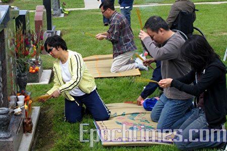 洛杉磯華人清明拜祭先人。(大紀元)