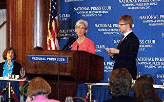 """美国卫生部长塞比留斯(Kathleen Sebelius)在国家记者俱乐部说﹐""""我们的工作并没有因为奥巴马总统签属法案而结束。从某种意义上来讲,工作才刚刚开始。""""(摄影:林帆/大纪元)"""