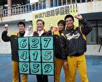 许市长(左二) 与兄弟象队的球员曾勇达(左一)、王胜伟(右一)、与张正伟(右二) 共同为棒球九宫格比赛代言。(摄影:邹莉/大纪元)