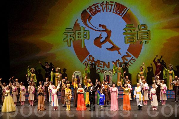 神韵巡回艺术团2010年4月8日晚在瑞典林雪平的演出圆满落下帷幕(摄影:罗元/大纪元)