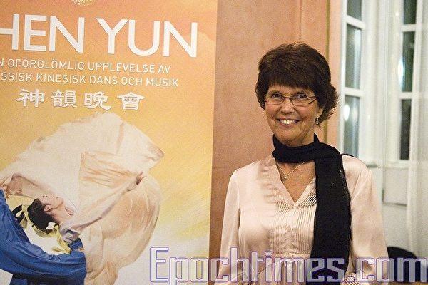 瑞典国会议员瑜雯‧安德森女士观看了2010年4月8日在林雪平市音乐会议大厅举行的神韵晚会(摄影:罗元/大纪元)