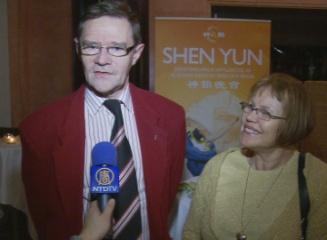 佩特森(Pettersson)夫妇看完神韵演出后,接受媒体采访。(摄影:Rumi/大纪元)
