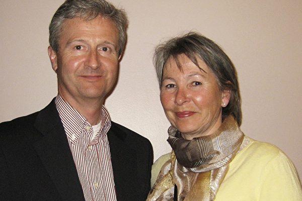 在挪威石油公司做高层主管的艾利克‧豪格先生与太太陶妮‧哈文一起观看了4月10日在奥斯陆大众剧场的首场神韵晚会(摄影:王莉莉/大纪元)