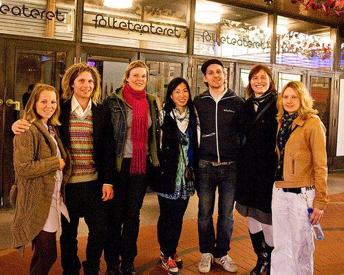 2010年4月10日,针灸诊所七同事一起观看了神韵巡回艺术团在奥斯陆的首场演出(摄影:罗元/大纪元)