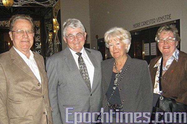 左起:陶尔‧布先生、艾文德‧布德维克先生、英格‧布德维太太和任海尔德‧布太太已经成了神韵艺术团的粉丝。(摄影:王莉莉/大纪元)