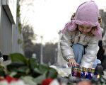 一个小女孩正在悼念波兰总统专机坠亡者。(AFP)