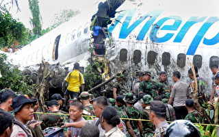 墨巴第航空公司一架波音737客机降落伦达尼机场时滑出跑道,断裂成几截。(STR/AFP/Getty Images)