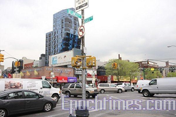 纽约华埠交通频发地段地兰西街(Delancy St.)和艾赛克斯街(Essex St.)的十字路口处,曾发生交通意外,一名行人丧生。(蔡溶/大纪元)